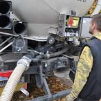 Foukání pelet cisternou s kalibrovanými váhami