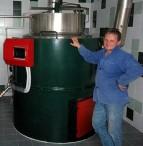 Sládek minipivovaru ve varně, kde topí peletami.